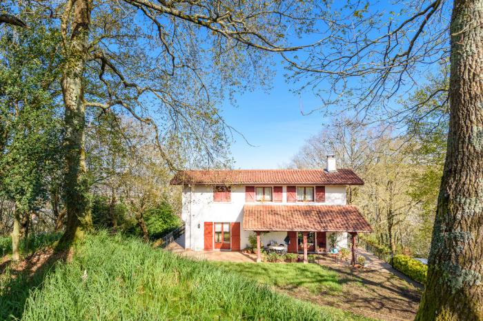 Aux portes de Biriatou, dans un cadre verdoyant et boisé, très belle maison.