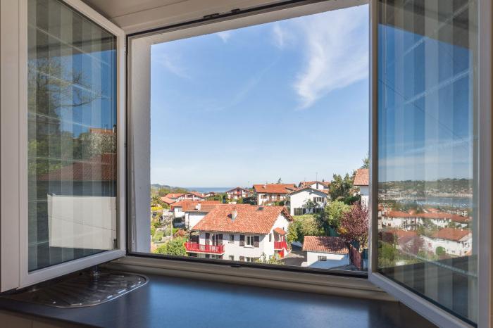 Appartement à vendre sur les hauteurs de la ville, vue baie, parking privé