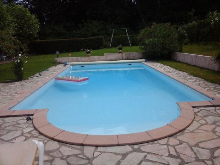 A vendre maison de charme avec dépendance, piscine et fronton.