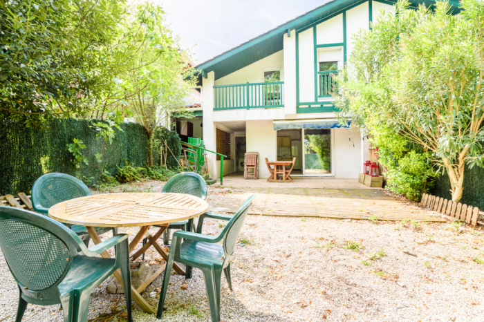 Se vende casa adosada T3 en las alturas con jardín y plaza de aparcamiento.