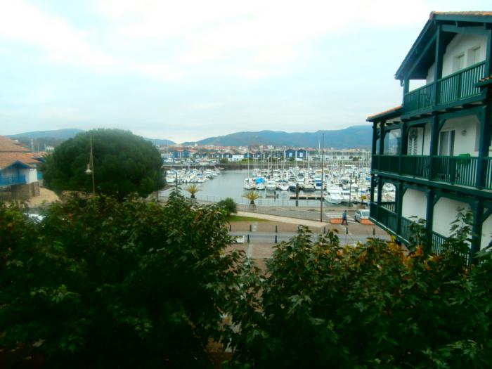 2 pièces face au port de plaisance d'Hendaye avec parking et cave