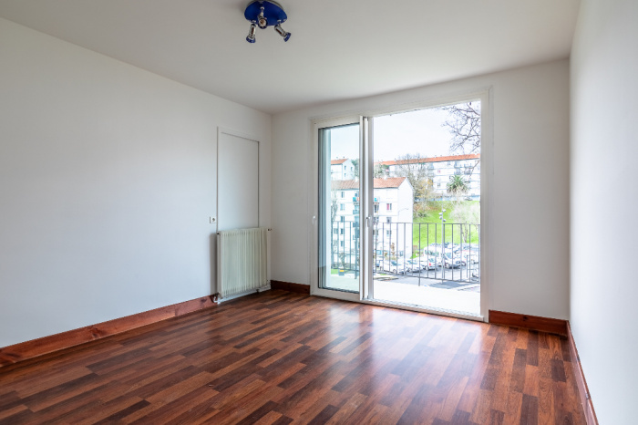 Saint Esprit district, for sale T3 apartment  with spacious balcony.