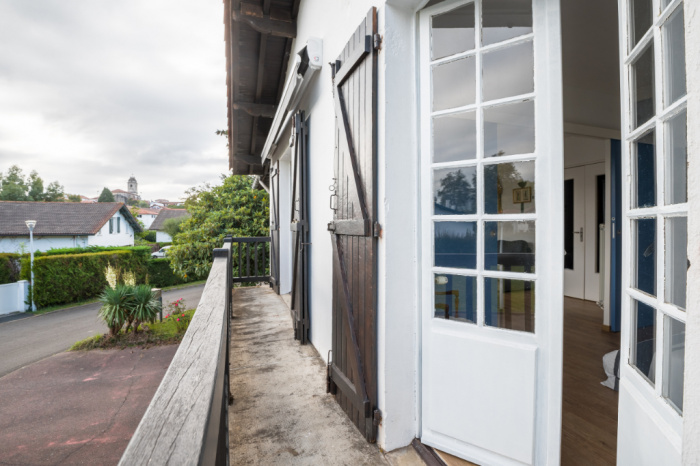 A vendre dans le bourg T4 avec balcon et garage.