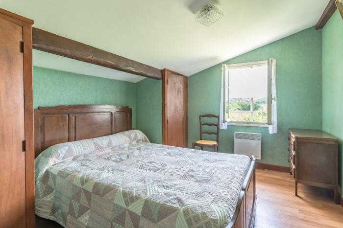 A 3 minutos del pueblo, casa en venta que consta de dos apartamentos con 2 garajes.