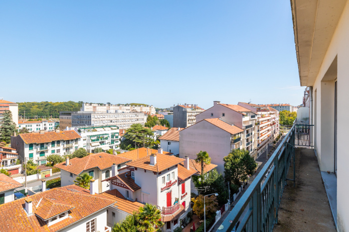 Bayonne city center. 4 rooms' apartment for sale. Balcony, attic.
