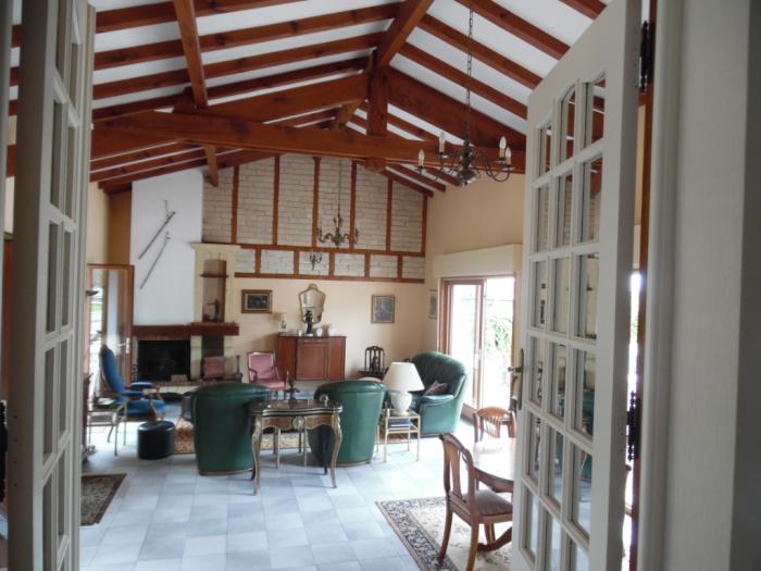 Chalet en venta, 6 habitaciones con garaje en gran terreno por posible piscina.